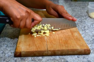 Cutting garlic for tempeh